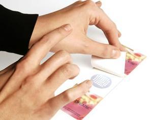 Etiquette parfumée avec microencapsulation de poudre parfumée
